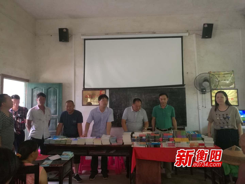 """衡阳市卫计委给贫困村民送去4000余本""""精神食粮"""""""