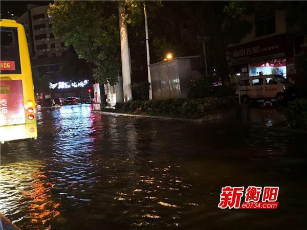 衡阳突降暴雨 东风路部分路段积水较深请注意避让