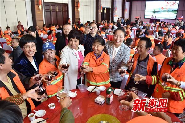 衡阳市210家爱心餐饮企业联合宴请5500名环卫工