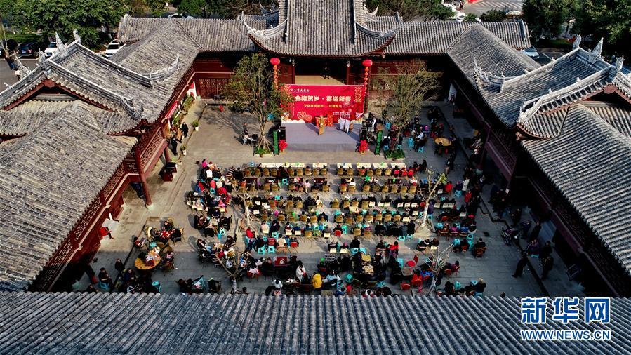 #(社会)(3)四川遂宁:惠民演出陪伴市民过大年