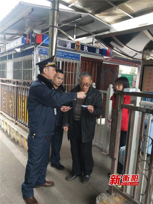 新春走基层:运管人员坚守岗位维护市民有序出行