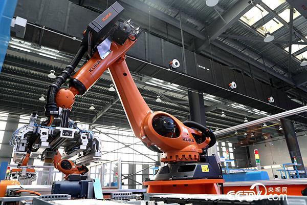 智能工业机器人大大提高了效率和精准度。