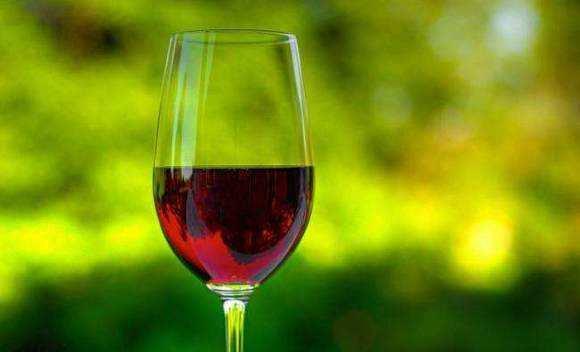 一瓶葡萄酒或等于半包烟 适度饮酒也有致癌风险
