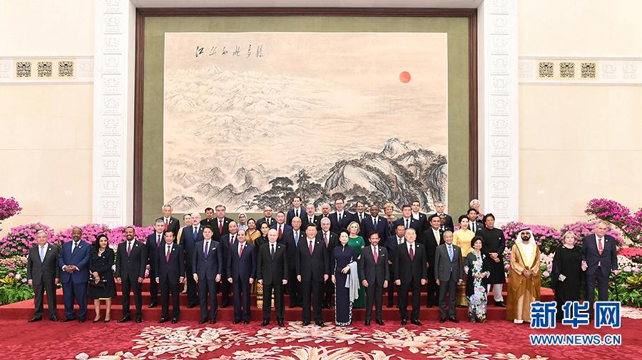 """习近平和彭丽媛欢迎出席第二届""""一带一路""""国际合作高峰论?#36710;?#22806;方领导人夫妇及嘉宾"""
