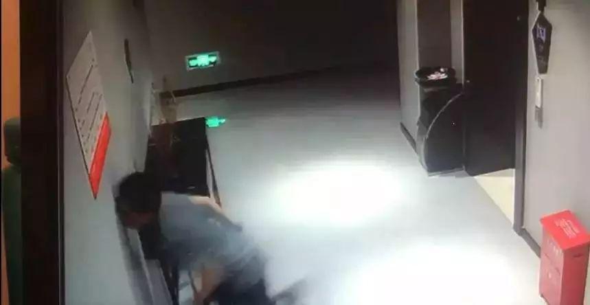 只有4秒的监控视频,却看得人心疼