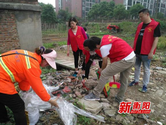 创卫进行时:东风街道巾帼志愿服务队争当清洁员