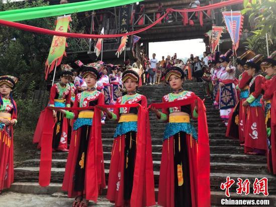 四川北川羌族民众载歌载舞欢庆瓦尔俄足节
