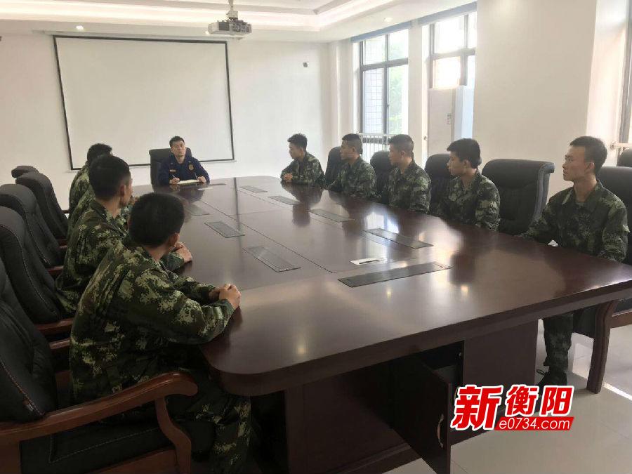 東方紅中隊組織新入職政府專職消防員進行談心談話