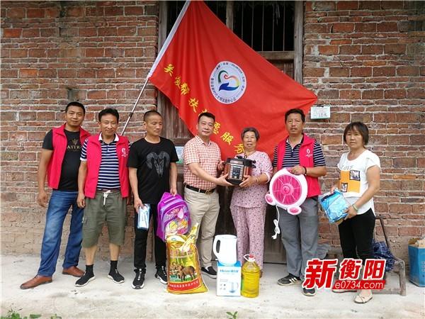 衡阳县新丰村爱心物资送到家 邻里互助脱贫奔小康