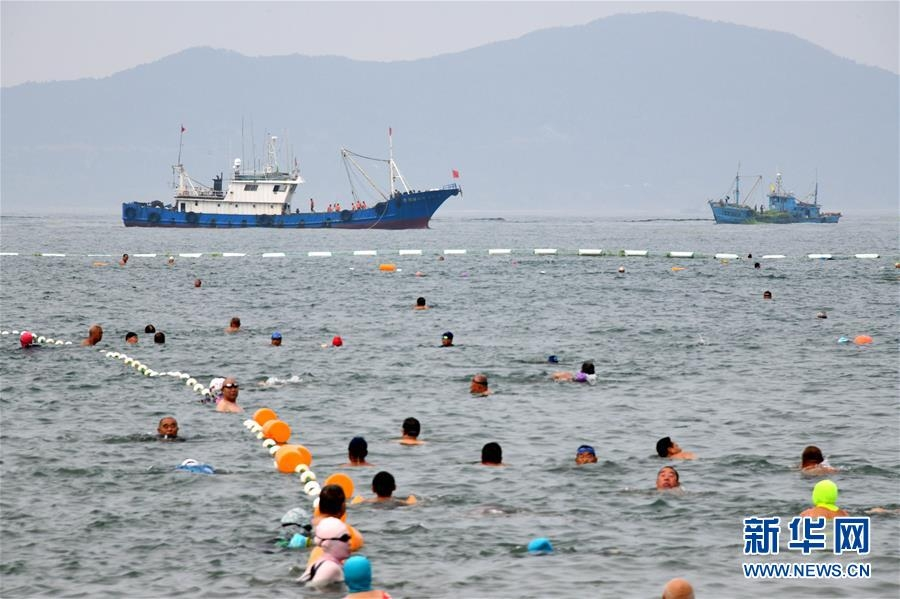 青島:清理海灘迎客來