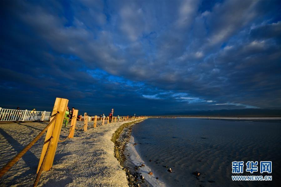 青海茶卡鹽湖迎來旅游旺季