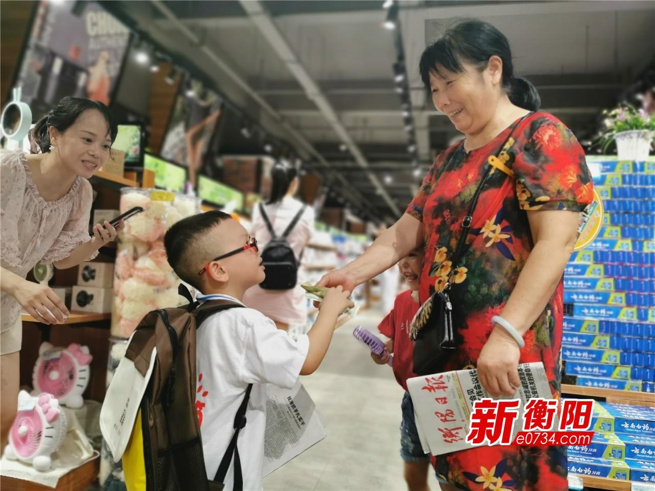 衡阳县500余名小小志愿者走上街头卖报献爱心