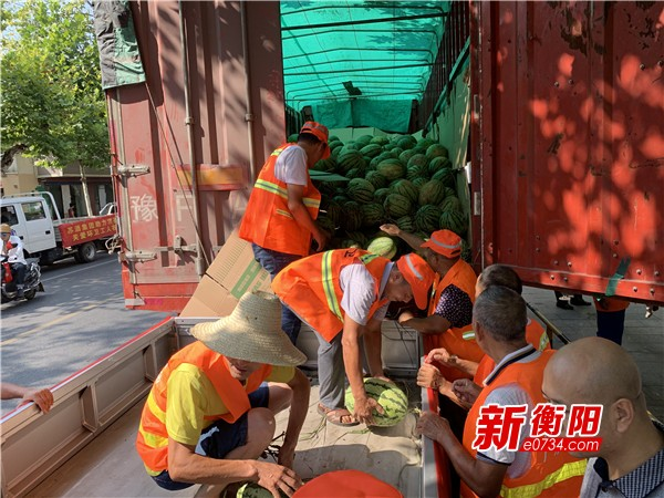 盛夏送清凉!爱心企业向衡阳环卫工赠送一万斤西瓜