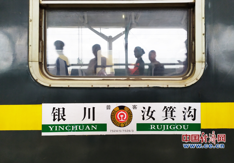"""【发现最美铁路·重走丝绸之路】7524次""""小慢车"""" 四十余载铁路情"""