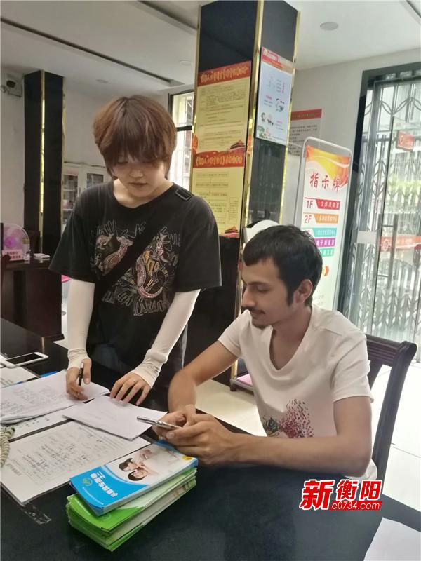 点赞!石鼓区西湖新村社区热心帮助外国友人解难题