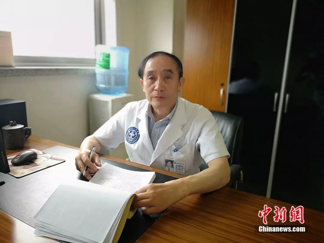 47年为病人开胸4000多次,他为病人累驼了背……