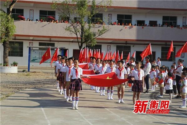 """""""同升国旗 童颂国歌""""五里牌小学欢庆新中国成立70周年"""