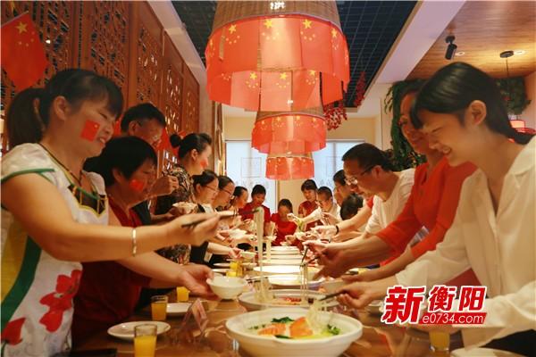 庆祝新中国成立70周年:寿岳衡山吃寿面喜迎国庆