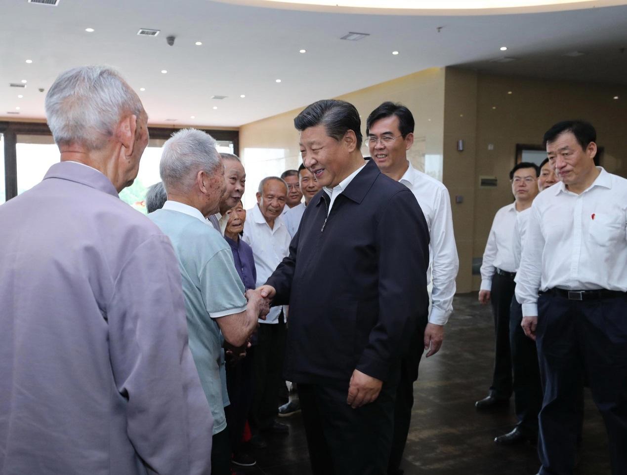 2019年5月20日,习近平在赣州市于都县中央红军长征出发纪念馆会见于都县的红军后代、革命烈士家属代表。