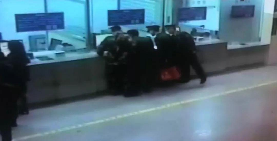 跨年夜,4名海警戰士整齊列隊向售票員敬軍禮!