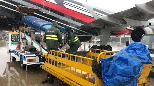 武漢機場裝卸員日運物資上萬件 每人彎腰上千次