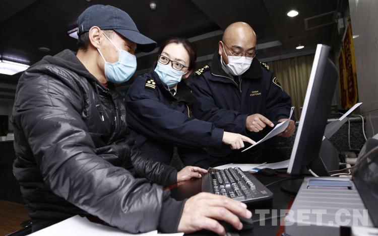 """西藏拉萨海关为防疫捐赠物资快速通关""""护航"""""""