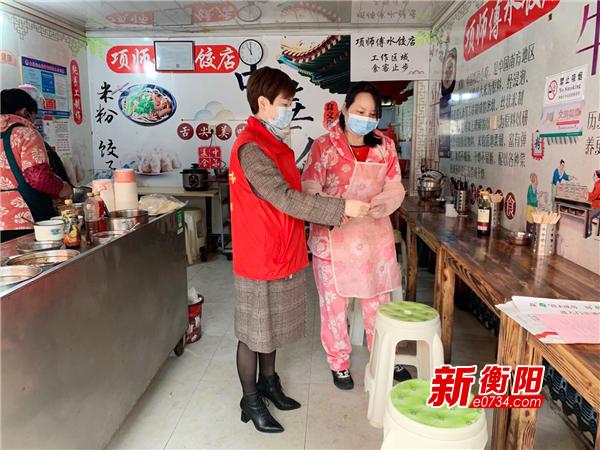 防疫复工两不误|纺织新村社区上门帮助门店落实复工防疫措施