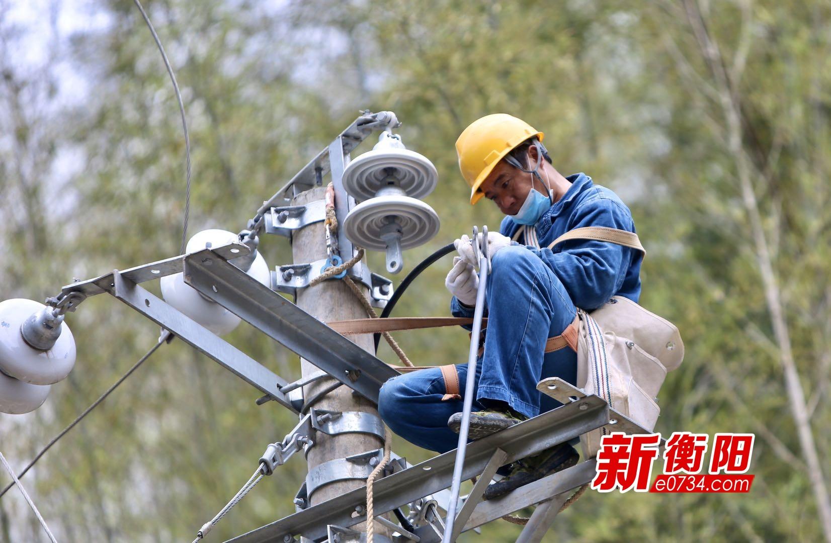 国网衡阳供电公司员工正在对扶贫村农网进行改造升级(摄影:郑贤华).jpg