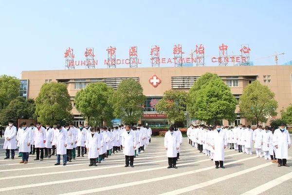 來自武漢的鏡頭:行人佇立車船鳴笛 舉城深切哀悼