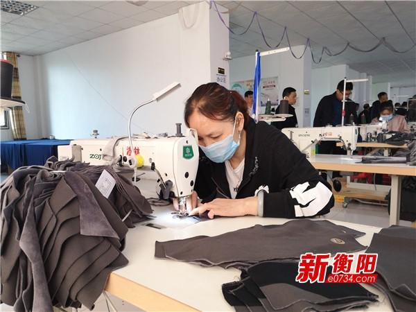 """决胜2020:耒阳""""扶贫车间""""进乡村 贫困户家门口就业"""