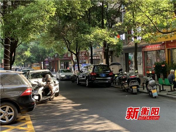"""向不文明行为说""""不"""":紫云中街早餐时段车辆违规停放堵路"""