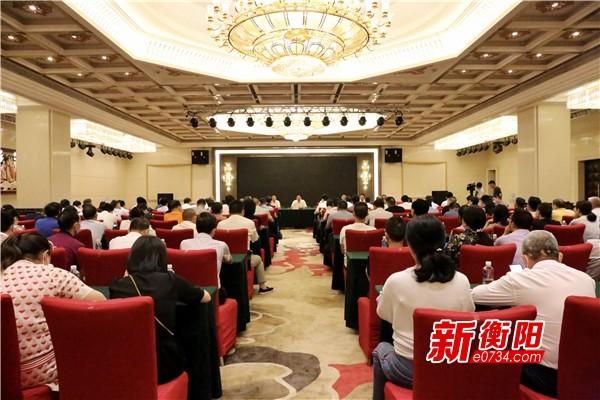 邓群策看望慰问市十五届人民代表大会第八次会议的参会代表
