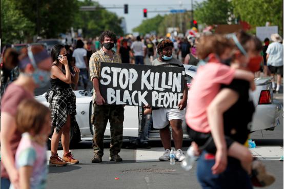 海外网评:美国警察暴力执法惹众怒,这就是美式人权?