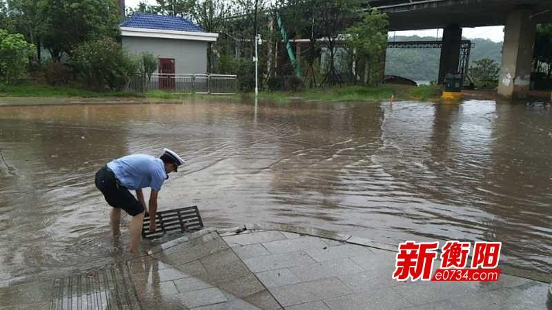 端午小长假 衡南交警赤脚上阵迎战洪水 保障道路畅通安全