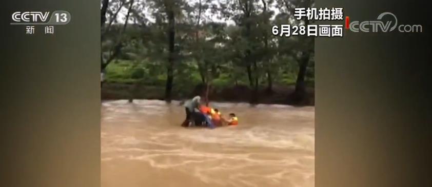 暴雨导致湖北京山山洪暴发 居民被困民警紧急救援