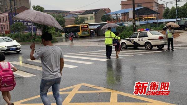 """别怕!暴雨中有""""衡阳交警叔叔""""蹚水护送学生安全离校"""