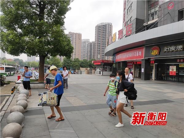 """向不文明行为说""""不"""":衡阳市中心汽车站电动车拉客现象严重"""