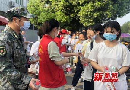 """""""衡阳群众""""在行动:石鼓区五一街道志愿者为中考学子护航"""