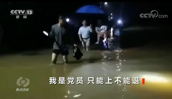 """焦点访谈:洪水不退,我不退!他们""""战""""在最前线"""