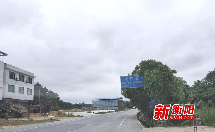 南岳区组织力量修剪G107线两侧行道树 确保交通安全畅通