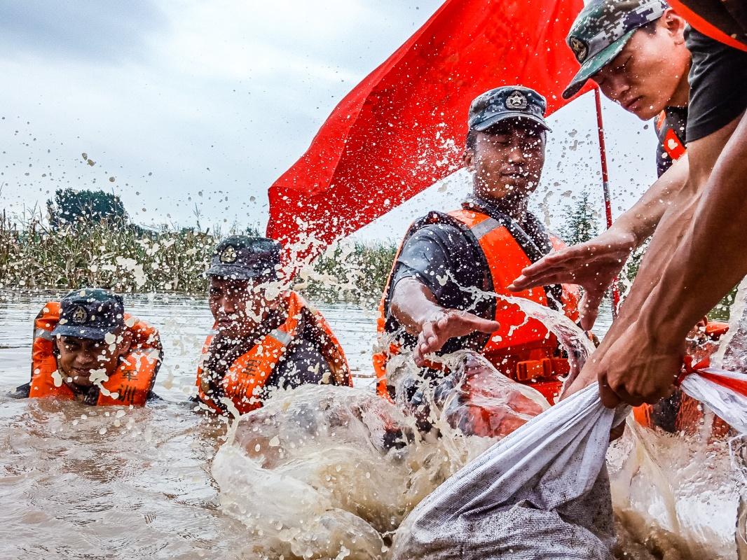 """军网网评:洪水中牢不可破的""""钢铁大堤"""""""
